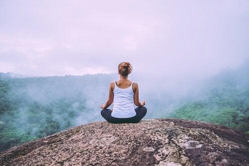 kobieta medytująca na górze