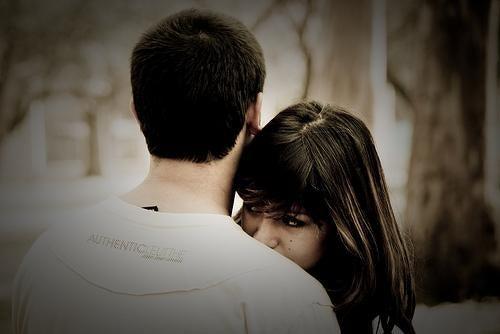 Kobieta przytula się do mężczyzny