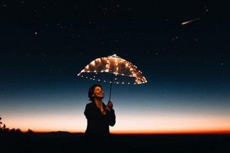 Kobieta trzyma oświetlony parasol