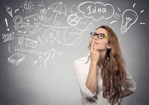 Kobieta analizuje różne pomysły