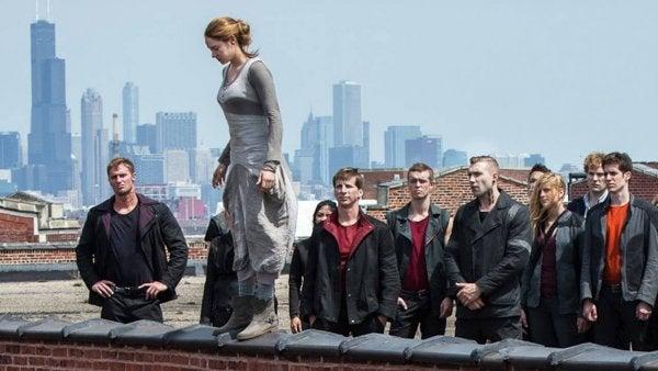 Kobieta skacząca z budynku