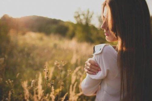 Kobieta na słonecznej łące jest spokojna