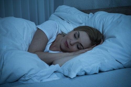 Kobieta śpiąca w łóżku - gorąca strefa w mózgu