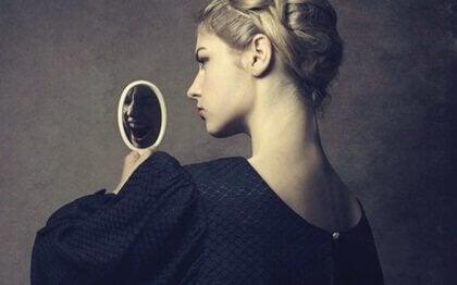 Kobieta trzymająca lusterko
