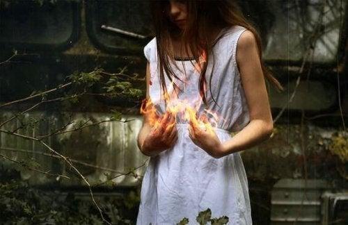 Kobieta trzymająca ogień