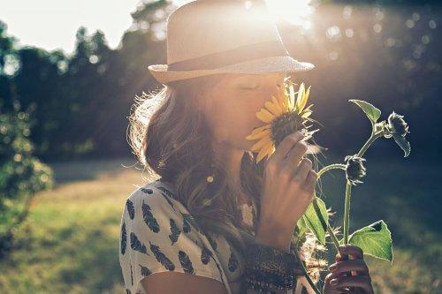 Kobieta wącha słoneczniki