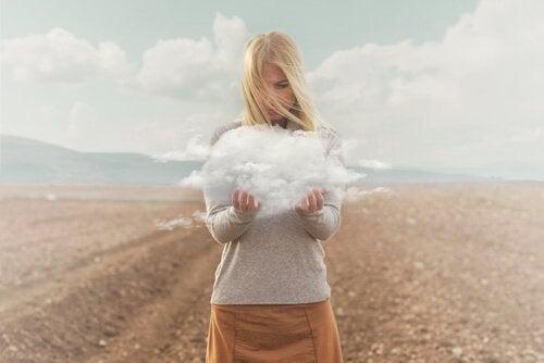 Kobieta z chmurą w rękach