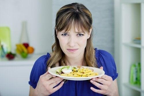 Kobieta z talerzem nieświeżego jedzenia