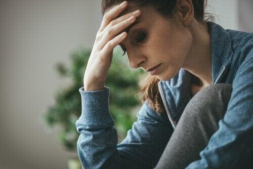 Zestresowana kobieta podpiera głowę ręką