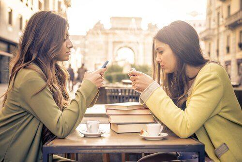 Kobiety patrzące na swoje telefony