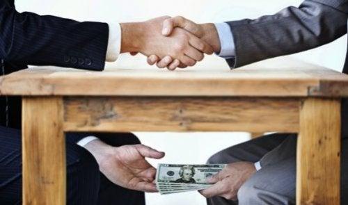 korupcja przekazywanie pieniędzy pod stołem