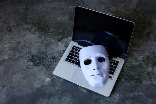 przemoc-seksualna-w-internecie-maska-laptop
