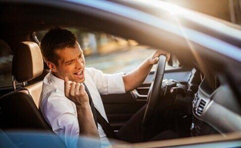 Mężczyzna śpiewający w samochodzie