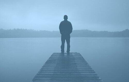 Mężczyzna we mgle
