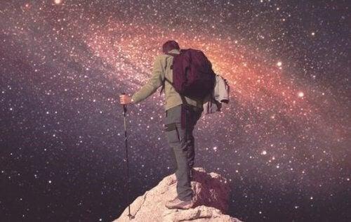Mężczyzna wspinający się na górę, jego krokami kieruje śmiałość
