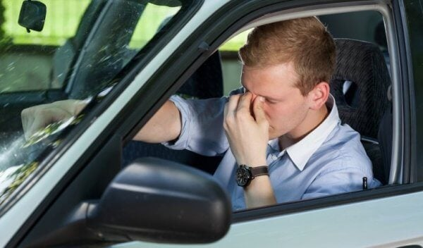 Mężczyzna zasypiający za kierownicą - narkolepsja