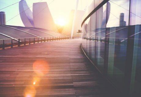 Most i widok na nowoczesny budynek