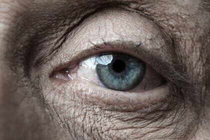 Regulacja emocji - oko starszej osoby