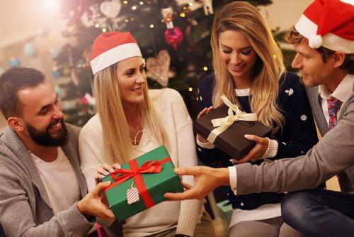 Pary otwierające prezenty - tradycje bożonarodzeniowe