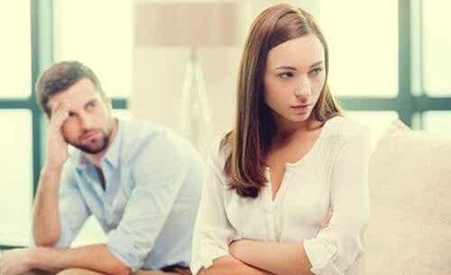 Rzucanie aluzji zamiast komunikowania się, szkodzi związkom