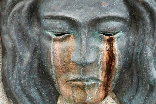 Strach - posąg płaczącej kobiety