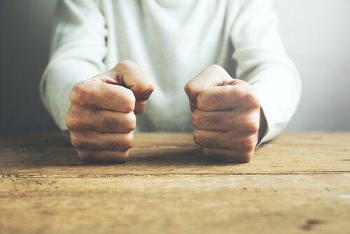 Ręce uderzające w stół