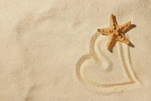 rysunek serce na piasku