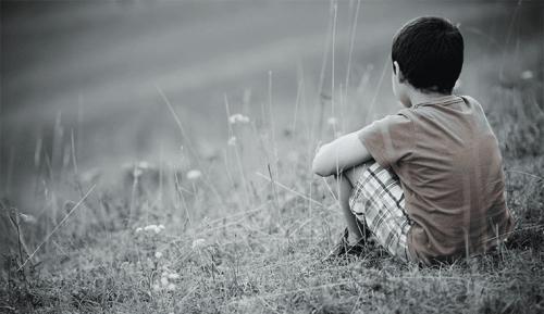 samotny chłopiec