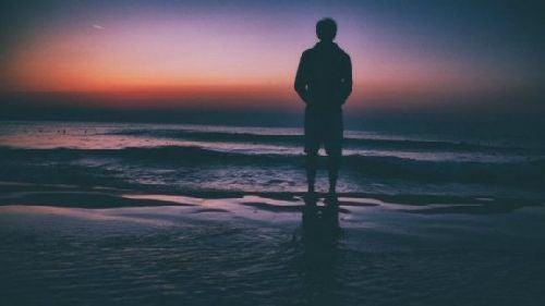 Samotny mężczyzna nad morzem