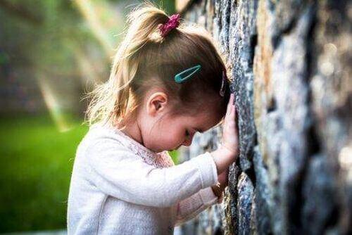 Smutna dziewczynka przy drzewie