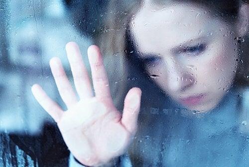 Smutna kobieta w oknie