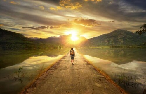 Spacerująca osoba - akceptowanie tego, kim jesteś