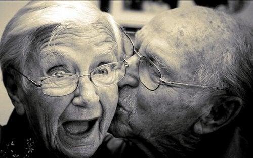 Dziadek całuje babcię w policzek