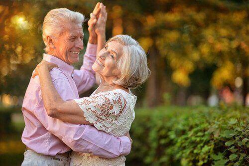 Starsza para w tańcu