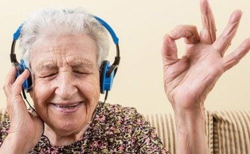 Staruszka słuchająca muzyki - muzyka i śpiewanie sprawia, że jesteśmy szczęśliwi