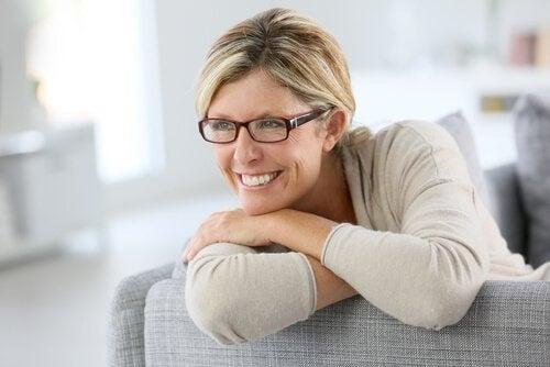 szczęśliwa kobieta w okularach - 12 archetypów jungowskich