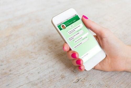 Smartfon z otwartym messengerem