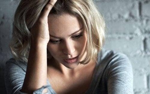 Zestresowana kobieta odczuwa niepokój