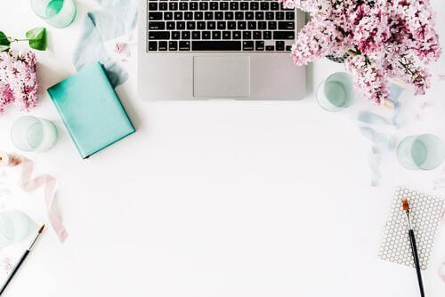 Biurko udekorowane kwiatami - szczęście w pracy