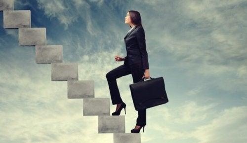 Businesswoman wchodząca po schodach