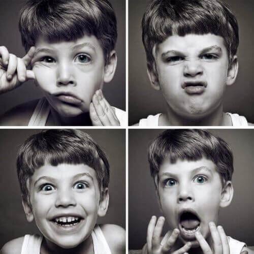 Inteligencja emocjonalna chłopiec robi miny