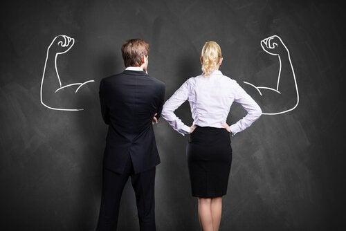 Kobieta i mężczyzna w służbowych ubraniach - dwie strony ambicji