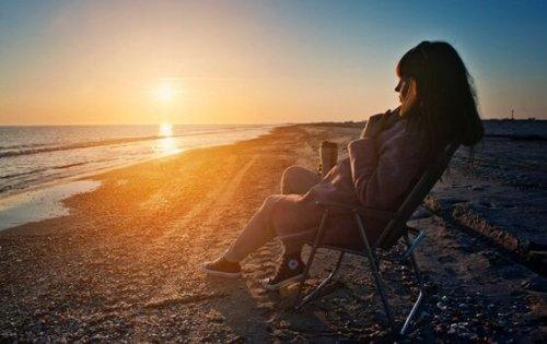 Kobieta odpoczywa po zachodzie słońca
