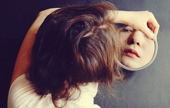 Kobieta patrząca w lustro