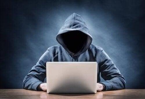 Przemoc seksualna w internecie - 4 cechy agresora