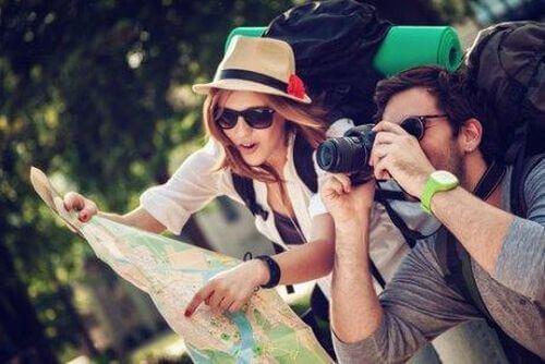 Niestrudzeni podróżnicy z mapą i aparatem