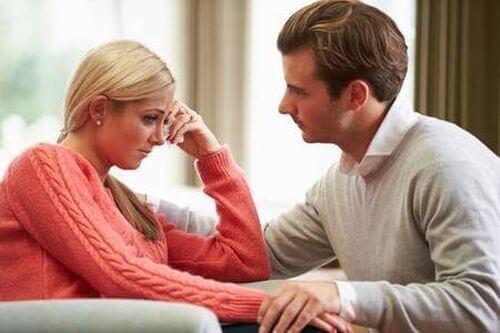 para rozmawia - zmartwiona kobieta