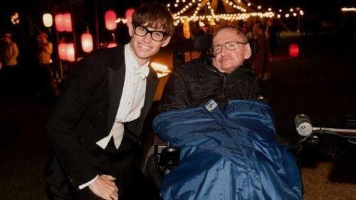 Stephen Hawking z odtworcą jego roli w filmie Teoria wszystkiego