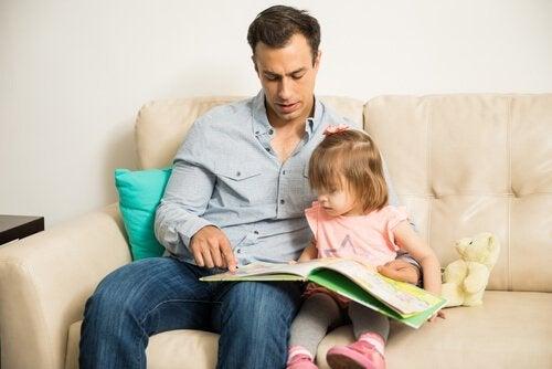 Tata czytający córce