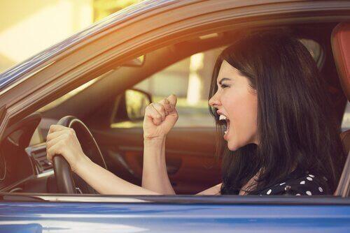 Wściekła kobieta za kierownicą